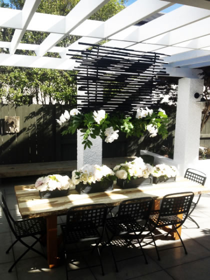 Hearts & Homes: A very cool outdoor table setting – flowers brighten up any day